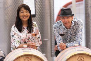 Li och Lars håller i varsitt glas med bärvin